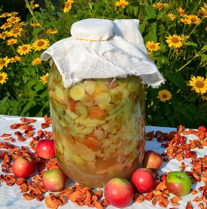Прикройте кастрюлю с фруктовой массой полотенцем или салфеткой