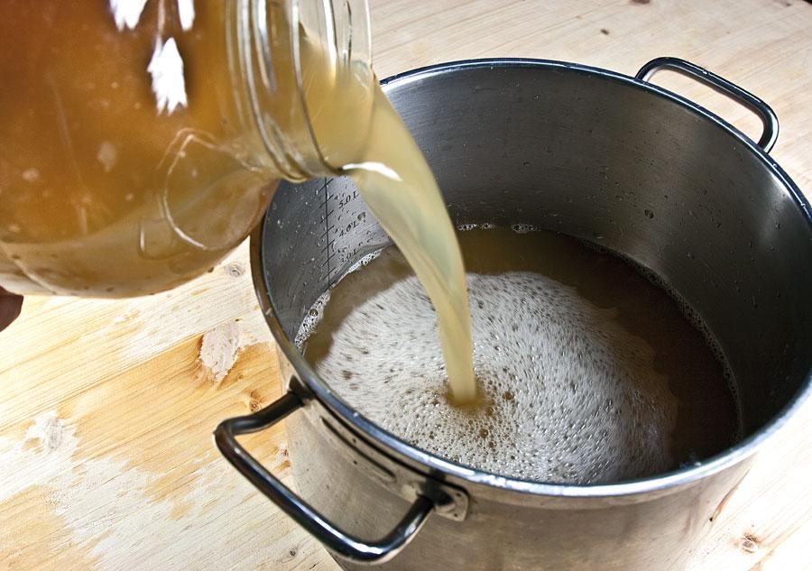 Следите за тем, чтобы яблочная масса заполняла емкость не больше чем на 2/3
