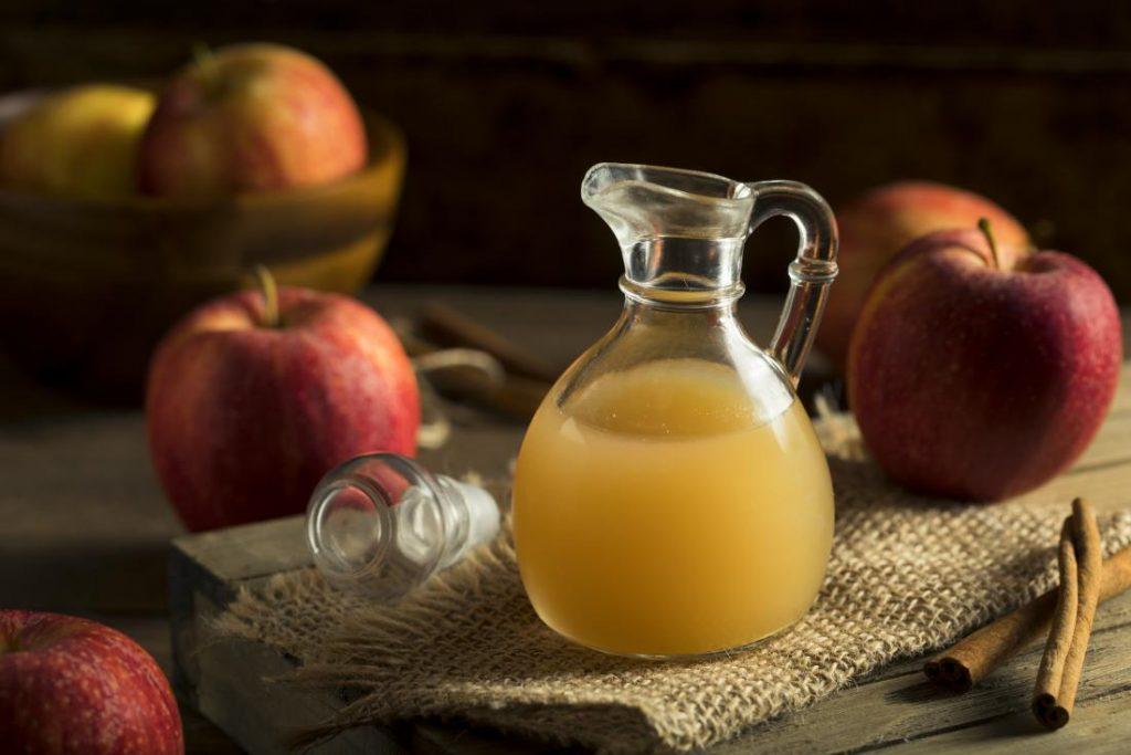 Переливая сок в емкость для брожения